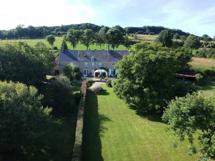 UNDER OFFER AHIN-SG-2228 Villedieu les Poeles 50800 Beautiful 6 bedroomed property with 7126m2 grounds and a barn...